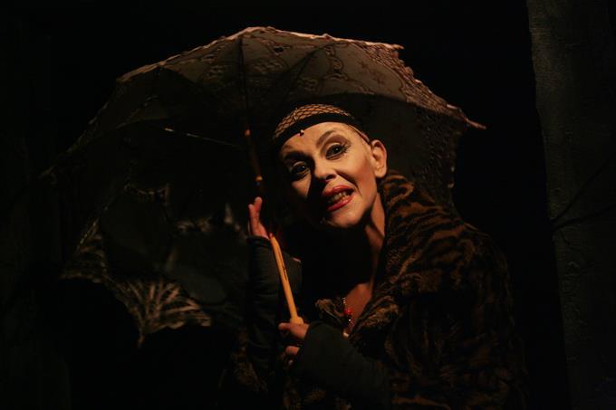 Teatro Vascello: in scena Scannasurice, il cult di Enzo Moscato con protagonista Imma Villa zerkalo spettacolo