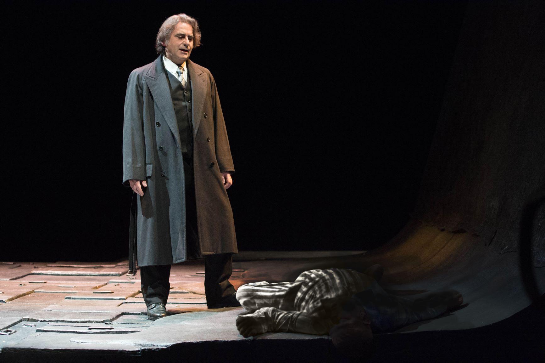 Valter Malosti porta in scena la voce di Primo Levi in Se questo è un uomo zerkalo spettacolo