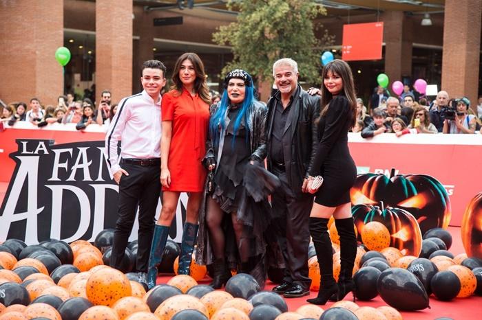 Loredana Bertè e il cast de La Famiglia Addams ad Alice nella città zerkalo spettacolo