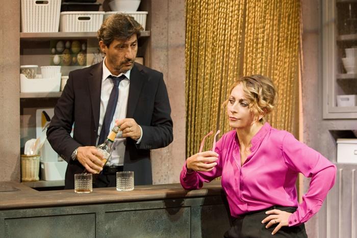 A testa in giù Emilio Solfrizzi e Paola Minaccioni nell'esilarante pièce di Florian Zeller zerkalo spettacolo