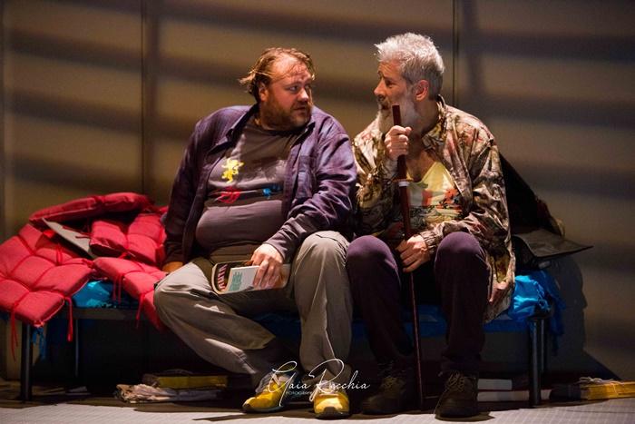 Stefano Fresi e Alessandro Benvenuti in palcoscenico nei panni di Don Chisciotte e Sancho Panza zerkalo spettacolo