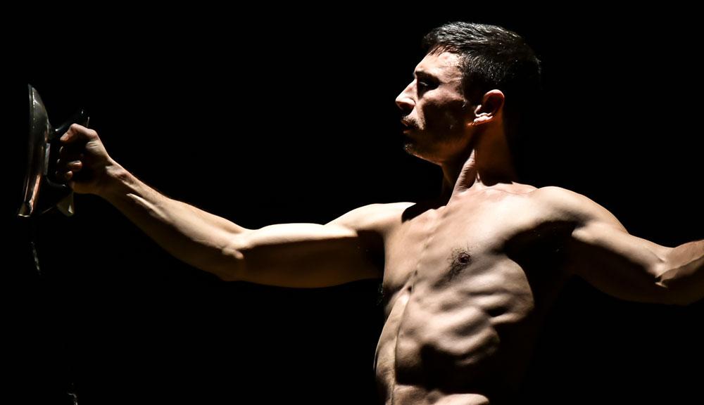 Uomo Calamita al Teatro Vascello il circo clandestino con la voce di Wu Ming 2 zerkalo spettacolo