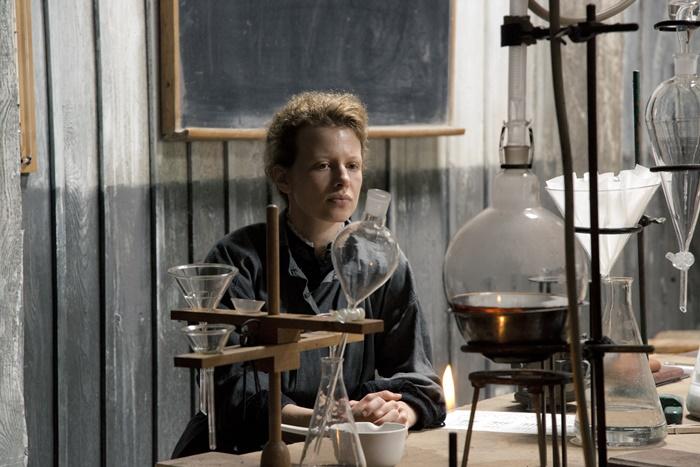 Marie Curie al cinema il film che racconta la donna dietro l'icona della scienza zerkalo spettacolo