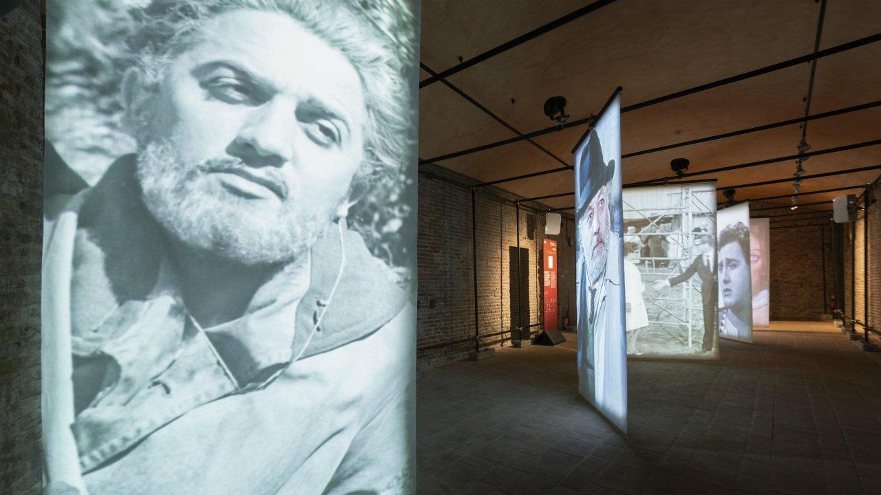 Fellini 100. Genio immortale, si svela on line la mostra di Castel Sismondo zerkalo spettacolo