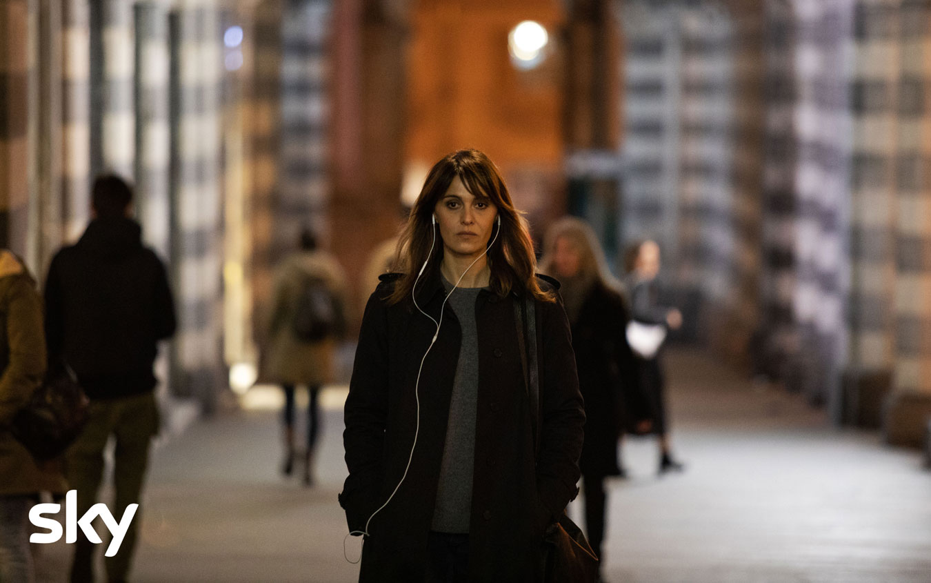Petra, prime immagini e anticipazioni della serie Sky con Paola Cortellesi zerkalo spettacolo
