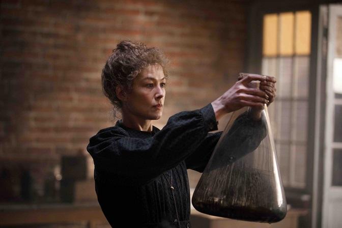 Radioactive, in streaming il film dedicato a Marie Curie con Rosamund Pike zerkalo spettacolo