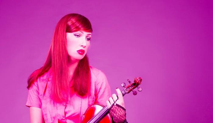 H.E.R., la prima violinista transgender italiana, live all'Ellington Club zerkalo spettacolo