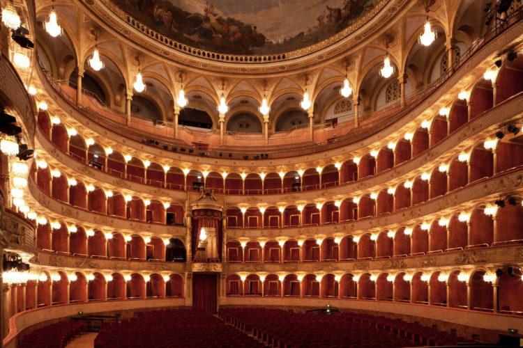 Il Barbiere di Siviglia, il nuovo allestimento del capolavoro di Rossini apre la stagione dell'Opera di Roma zerkalo spettacolo