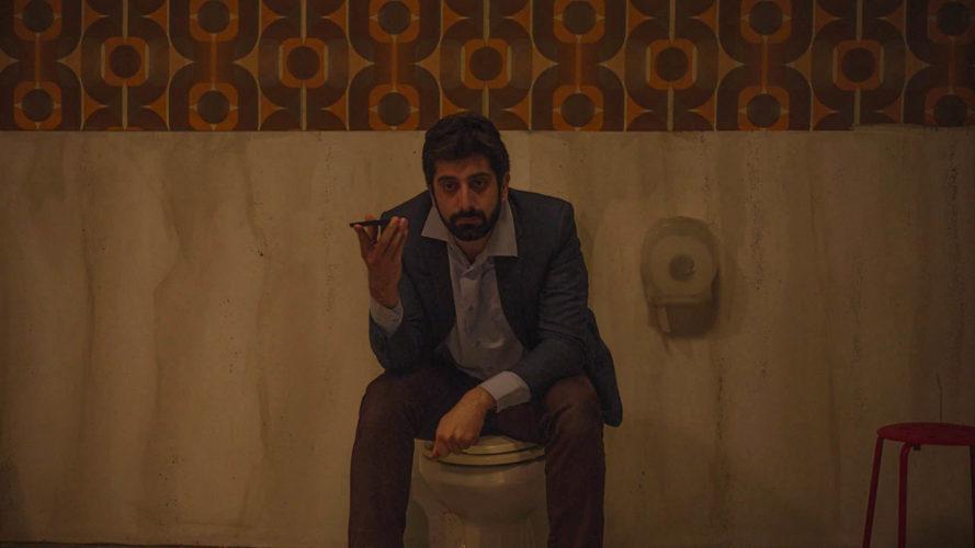 Nel bagno delle donne, su MioCinema la commedia surreale con Luca Vecchi zerkalo spettacolo