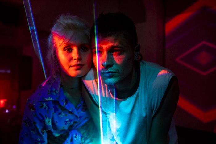 Babyteeth - Tutti i colori di Milla, il film di Shannon Murphy premiato a Venezia a maggio in sala zerkalo spettacolo