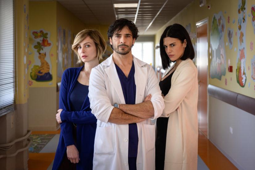 Fino all'ultimo battito: cast, anticipazioni e sinossi del nuovo medical drama di Rai1 zerkalo spettacolo